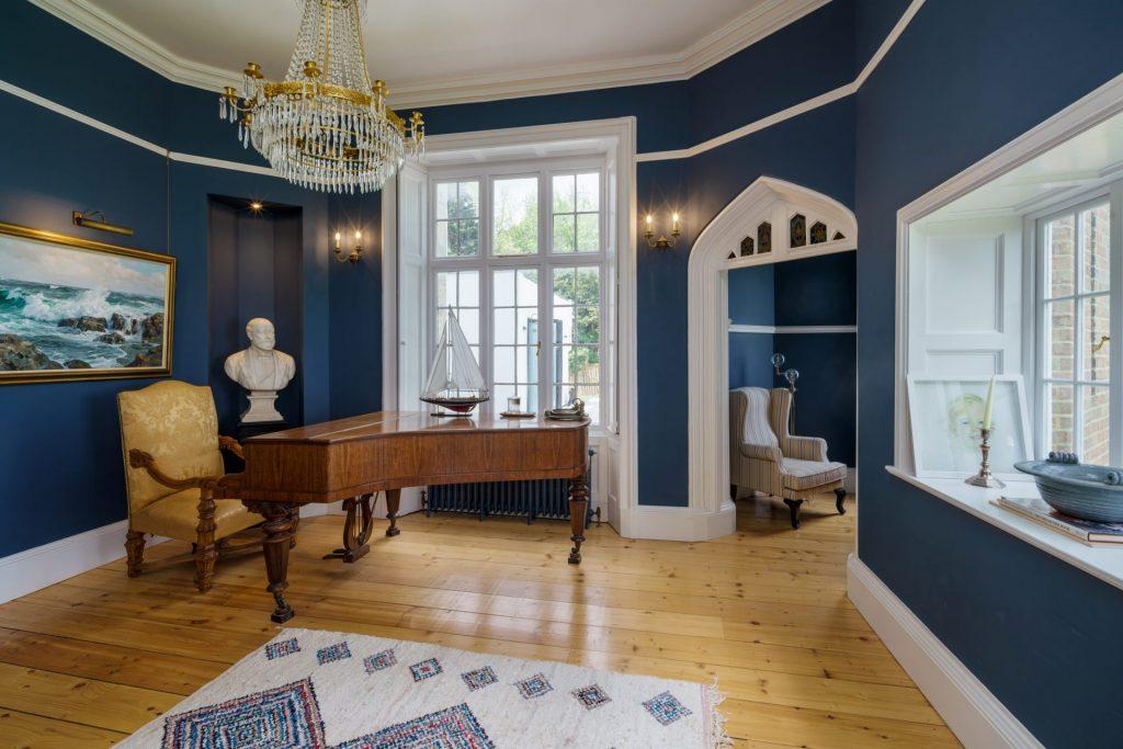 Grand Piano, Chandelier